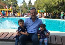 Παρέα με τα παιδιά του στο Μεγάλο πάρκο ο Ηλίας Αποστολόπουλος.