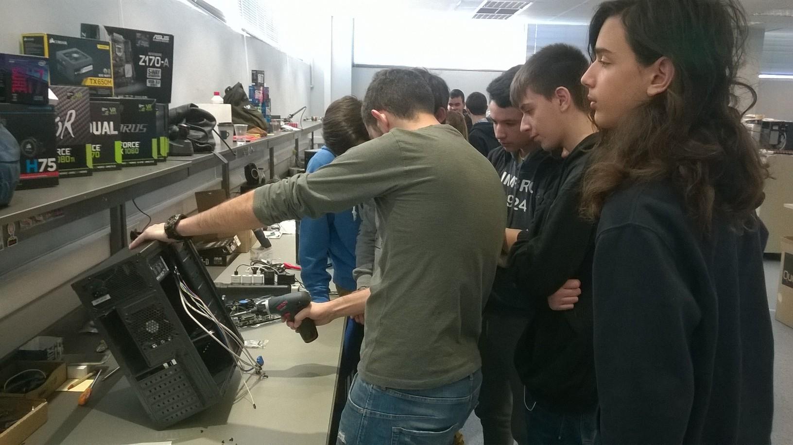 """Συμμετοχή των σχολείων του Δήμου Παπάγου - Χολαργού στο Εκπαιδευτικό πρόγραμμα """"Συναρμολογώντας τον υπολογιστή Quest"""""""