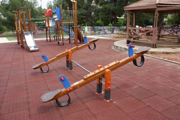 Προμήθεια νέων οργάνων και τοποθέτηση δαπέδων ασφαλείας σε παιδικές χαρές