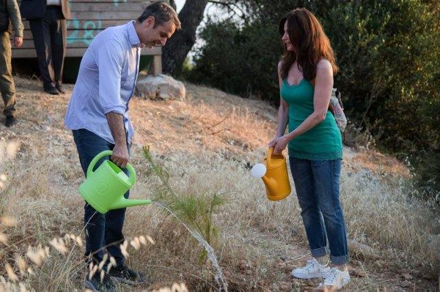 Ο Κ. Μητσοτάκης στον Υμηττό μάζεψε σκουπίδια, πότισε δέντρα